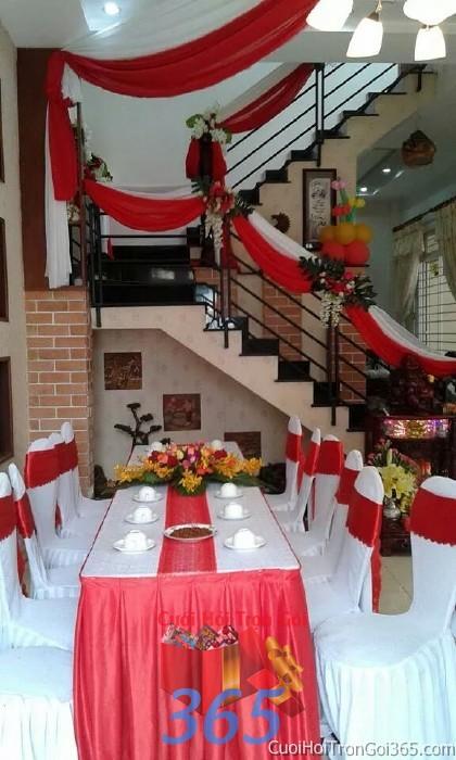 Trang trí nhà cưới hỏi tông trắng đỏ với ghế dựa cao cấp kết nơ, cầu thang kết voan mềm TTNCH69 : Mẫu cưới hỏi trọn gói 365 của công ty dịch vụ trang trí nhà tiệc cưới hỏi đẹp rẻ uy tín ở tại quận Tân Phú Sài Gòn TPHCM Gò Vấp