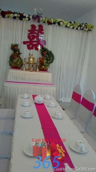 Trang trí nhà cưới hỏi tông trắng hồng sen với bàn ghế hai họ dựa cao cấp kết nơ, bàn thờ rồng phụng trái cây, chữ son TTNCH64 : Mẫu cưới hỏi trọn gói 365 của công ty dịch vụ trang trí nhà tiệc cưới hỏi đẹp rẻ uy tín ở tại quận Tân Phú Sài Gòn TPHCM Gò Vấp