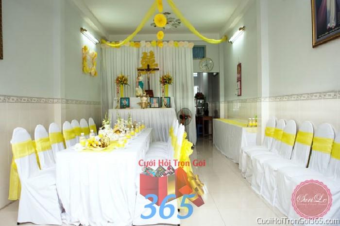 Trang trí nhà cưới hỏi tông trắng vàng với ghế dựa cao cấp kết nơ, bàn thờ hoa tươi, chữ song hỷ và voan trần TTNCH66 : Mẫu cưới hỏi trọn gói 365 của công ty dịch vụ trang trí nhà tiệc cưới hỏi đẹp rẻ uy tín ở tại quận Tân Phú Sài Gòn TPHCM Gò Vấp