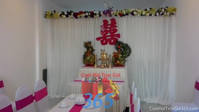 Trang trí nhà cưới hỏi tông tự nhiên với phông bàn thờ kết hoa tươi và rồng phụng trái cây, chữ son TTNCH70 : Mẫu cưới hỏi trọn gói 365 của công ty dịch vụ trang trí nhà tiệc cưới hỏi đẹp rẻ uy tín ở tại quận Tân Phú Sài Gòn TPHCM Gò Vấp