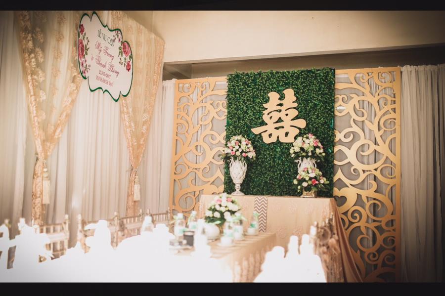 Trang trí nhà cưới trọn gói gam vàng đồng sử dụng hoa hồng trang trí bàn gia tiên TTNCH145 : Mẫu cưới hỏi trọn gói 365 của công ty dịch vụ trang trí nhà ti�