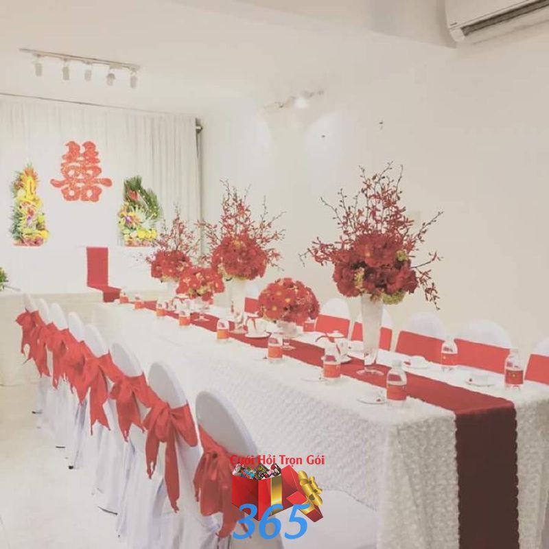 Trang trí nhà đám cưới màu đỏ với hoa để bàn TTNCH106 : Mẫu cưới hỏi trọn gói 365 của công ty dịch vụ trang trí nhà tiệc cưới hỏi đẹp rẻ uy tín ở tại quận Tân Phú Sài Gòn TPHCM Gò Vấp