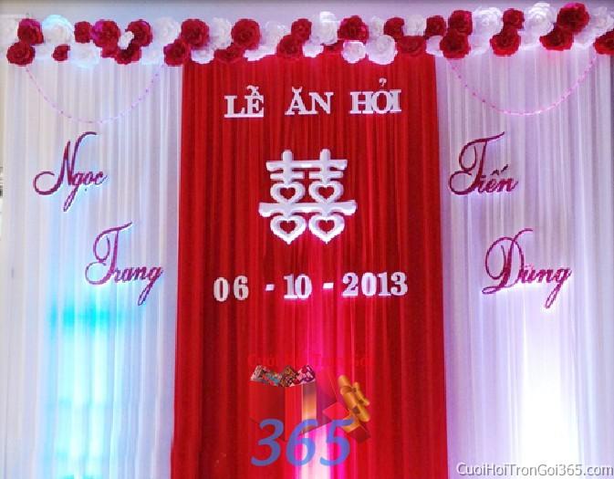 Trang trí phông cưới ăn hỏi màu đỏ mẫu mềm mại với hoa giấy lụa trang trí nhẹ nhàng ngày lễ cưới PC24 : Mẫu cưới hỏi trọn gói 365 của công ty dịch vụ trang trí nhà tiệc cưới hỏi đẹp rẻ uy tín ở tại quận Tân Phú Sài Gòn TPHCM Gò Vấp