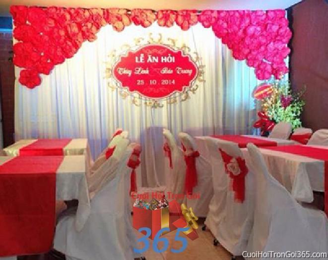 Trang trí phông cưới ăn hỏi màu đỏ mẫu nổi bật với hoa vải và voan mềm mại trang trí nhẹ nhàng ngày đám cưới PC25 : Mẫu cưới hỏi trọn gói 365 của công ty dịch vụ trang trí nhà tiệc cưới hỏi đẹp rẻ uy tín ở tại quận Tân Phú Sài Gòn TPHCM Gò Vấp