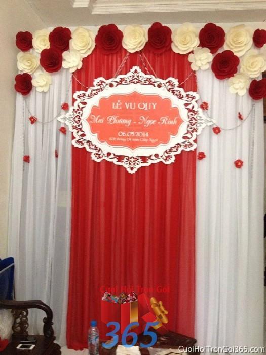 Trang trí phông cưới ăn hỏi màu trắng đỏ nổi bật với hoa giấy lụa trang trí nhẹ nhàng ngày lễ vu PC20 : Mẫu cưới hỏi trọn gói 365 của công ty dịch vụ trang trí nhà tiệc cưới hỏi đẹp rẻ uy tín ở tại quận Tân Phú Sài Gòn TPHCM Gò Vấp