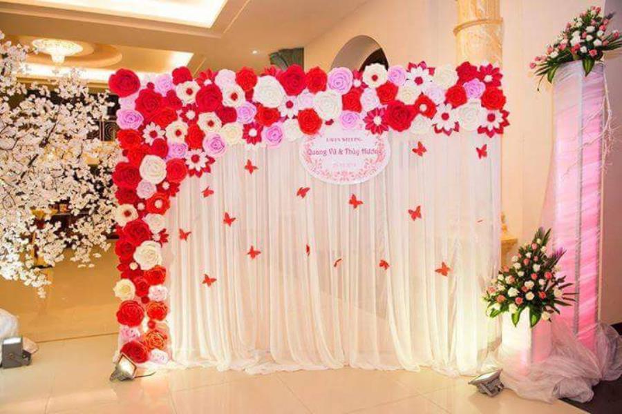Trang trí phông cưới backdrop nhà hàng với hoa giấy BDNH65 : Mẫu cưới hỏi trọn gói 365 của công ty dịch vụ trang trí nhà tiệc cưới hỏi đẹp rẻ uy tín ở tại quận Tân Phú Sài Gòn TPHCM Gò Vấp