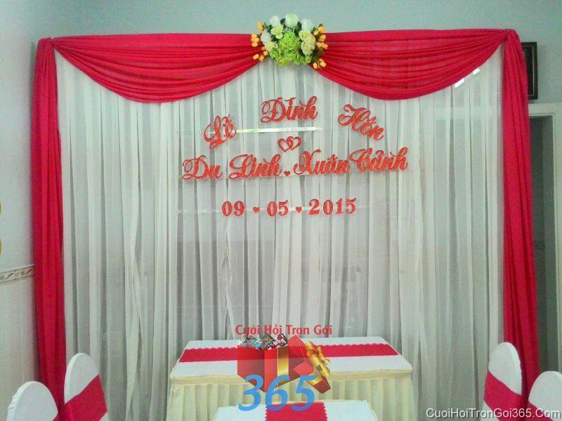 Trang trí phông cưới cho lễ đính hôn tông đỏ với vải voan, hoa vải và chữ mốp PC30 : Mẫu cưới hỏi trọn gói 365 của công ty dịch vụ trang trí nhà tiệc cưới hỏi đẹp rẻ uy tín ở tại quận Tân Phú Sài Gòn TPHCM Gò Vấp