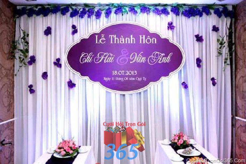 Trang trí phông cưới lụa cho lễ thành hôn tông tím lãng mạn với vải voan, hoa vải và bảng chữ PC32 : Mẫu cưới hỏi trọn gói 365 của công ty dịch vụ trang trí nhà tiệc cưới hỏi đẹp rẻ uy tín ở tại quận Tân Phú Sài Gòn TPHCM Gò Vấp