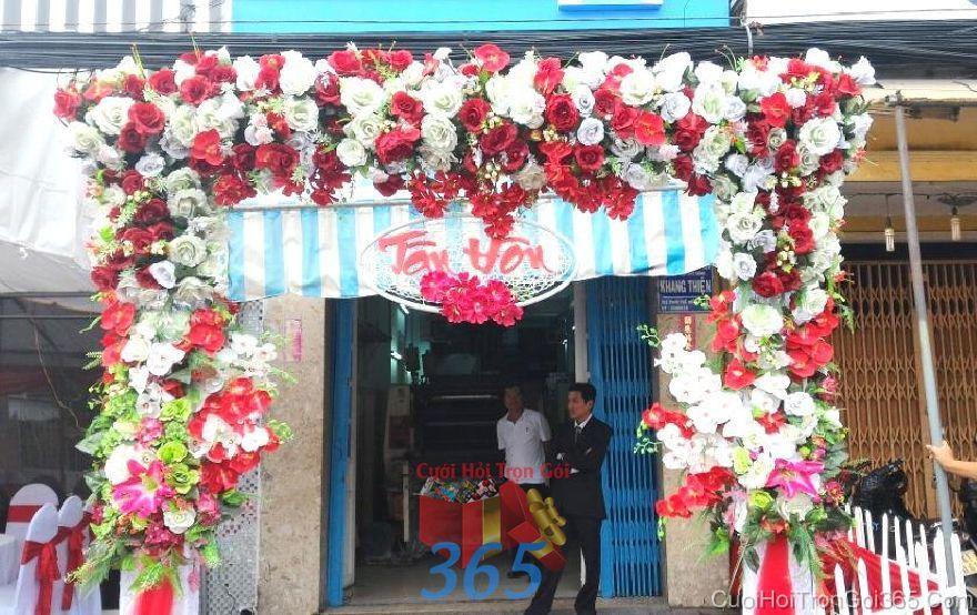 Cổng cưới hoa vải cho thuê, kết theo tông trắng đỏ hình chữ  CHV24 : Mẫu cưới hỏi trọn gói 365 của công ty dịch vụ trang trí nhà tiệc cưới hỏi đẹp rẻ uy tín ở tại quận Tân Phú Sài Gòn TPHCM Gò Vấp