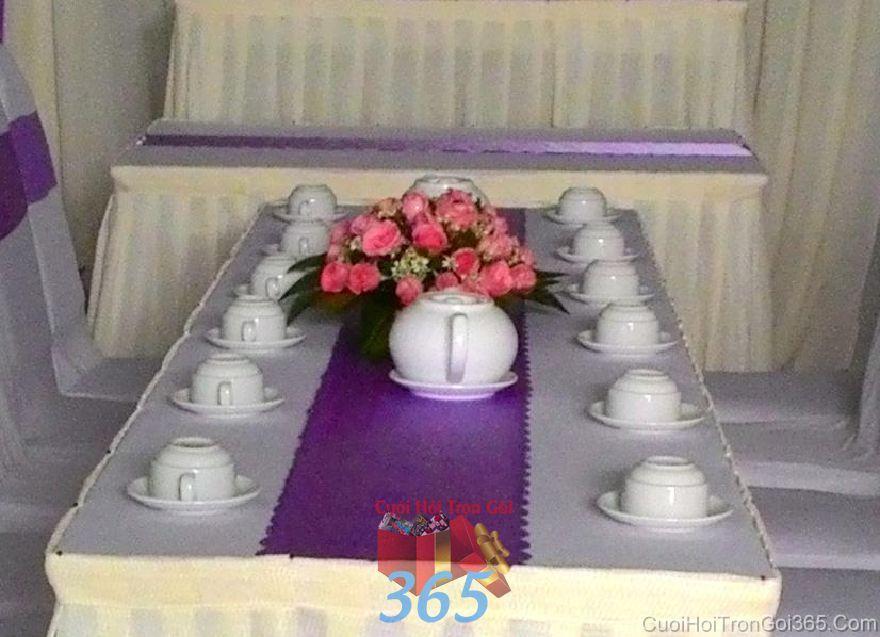 Hoa tươi để bàn hai họ tông màu hồng dễ th HDB39 : Mẫu cưới hỏi trọn gói 365 của công ty dịch vụ trang trí nhà tiệc cưới hỏi đẹp rẻ uy tín ở tại quận Tân Phú Sài Gòn TPHCM Gò Vấp