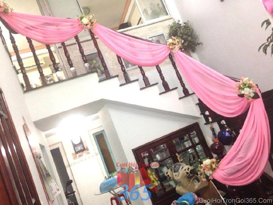 Trang trí cầu thangnhà đám cưới tông hồng phấn với hoa vải và voan mềm CTN27 : Mẫu cưới hỏi trọn gói 365 của công ty dịch vụ trang trí nhà tiệc cưới hỏi đẹp rẻ uy tín ở tại quận Tân Phú Sài Gòn TPHCM Gò Vấp
