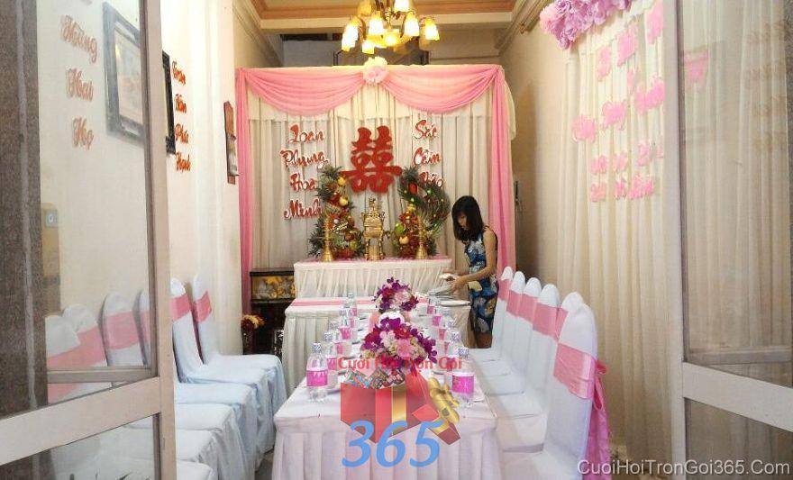 Trang trí nhà ngày đám cưới hỏi tông hồng phấn với hoa tươi để bàn màu TTNCH89 : Mẫu cưới hỏi trọn gói 365 của công ty dịch vụ trang trí nhà tiệc cưới hỏi đẹp rẻ uy tín ở tại quận Tân Phú Sài Gòn TPHCM Gò Vấp