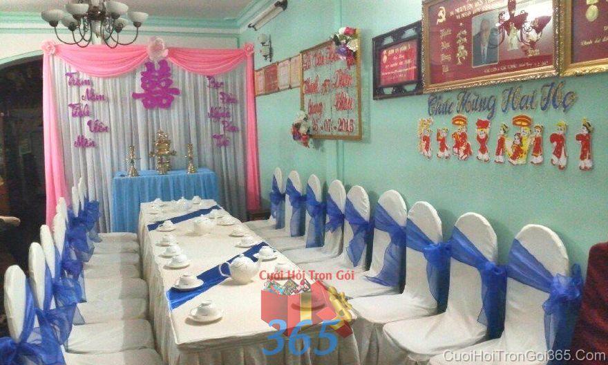 Trang trí nhà ngày đám cưới hỏi với bàn ghế xanh dương và bàn thờ màu  TTNCH103 : Mẫu cưới hỏi trọn gói 365 của công ty dịch vụ trang trí nhà tiệc cưới hỏi đẹp rẻ uy tín ở tại quận Tân Phú Sài Gòn TPHCM Gò Vấp