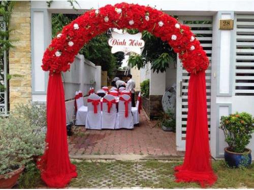 Cổng hoa vải đám cưới tông màu đỏ nổi bật : Mẫu cưới hỏi trọn gói 365 của công ty dịch vụ trang trí nhà tiệc cưới hỏi đẹp rẻ uy tín ở tại quận Tân Phú Sài Gòn TPHCM Gò Vấp