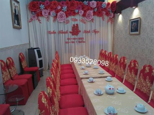 Trang trí nhà đám cưới tông đỏ với backdrop kết hoa giấy : Mẫu cưới hỏi trọn gói 365 của công ty dịch vụ trang trí nhà tiệc cưới hỏi đẹp rẻ uy tín ở tại quận Tân Phú Sài Gòn TPHCM Gò Vấp