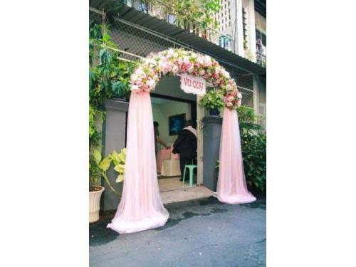 Cổng hoa vải chân voan nhã nhặn tông trắng  CHV28 : Mẫu cưới hỏi trọn gói 365 của công ty dịch vụ trang trí nhà tiệc cưới hỏi đẹp rẻ uy tín ở tại quận Tân Phú Sài Gòn TPHCM Gò Vấp