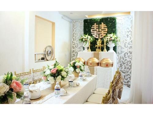 Các nụ hoa hồng to nhiều sắc màu được trang trí trên bàn ha HDB42