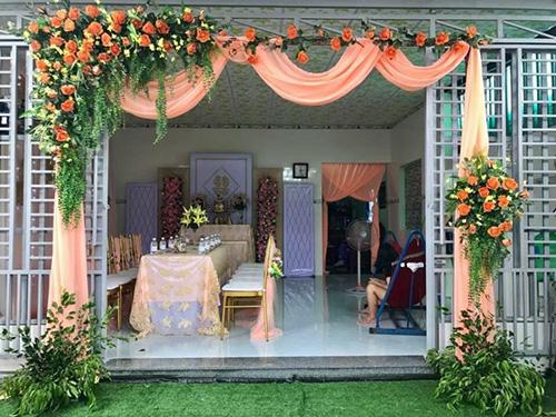 Cổng cưới hoa vải tông màu cam rự CHV39