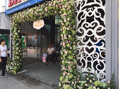 Cổng cưới kết hoa cẩm tú cầy và hoa hồng tươi ấn t CHT56