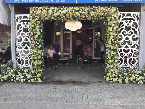 Mẫu cổng cưới hoa tươi hoành tráng gam xanh và  CHT57