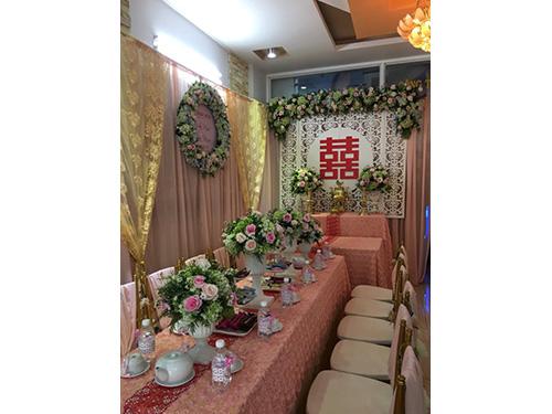 Mẫu hoa để bàn hai họ với sắc màu tươi sáng từ hoa hồng, hoa cẩm tú HDB45
